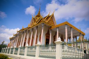 Wat Preah Morakat, còn được gọi là Chùa Bạc hay Chùa Phật ngọc lục bảo, là một ngôi chùa nổi tiếng của Campuchia. Sở dĩ được gọi là Chùa Bạc vì ngôi chùa có đến 5329 miếng bạc lát trên nền nhà, mỗi miếng bạc đều làm thủ công và có trọng lượng 1,125 g.