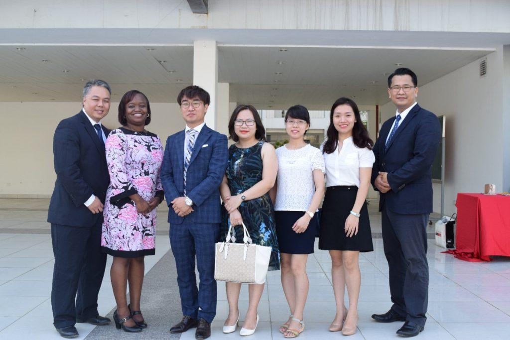 ( Eduline cùng với Ban lãnh đạo nhà trường Đại học Ulsan trong ngày Hội thảo chia sẻ thông tin học bổng tại Hà Nội tháng 10 năm 2016 )