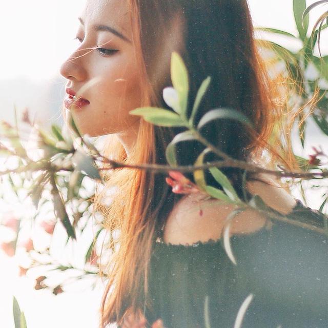 Các bức hình của cô nàng gây ấn tượng bởi biểu cảm tự nhiên và bối cảnh hài hòa với thiên nhiên, hoa cỏ.