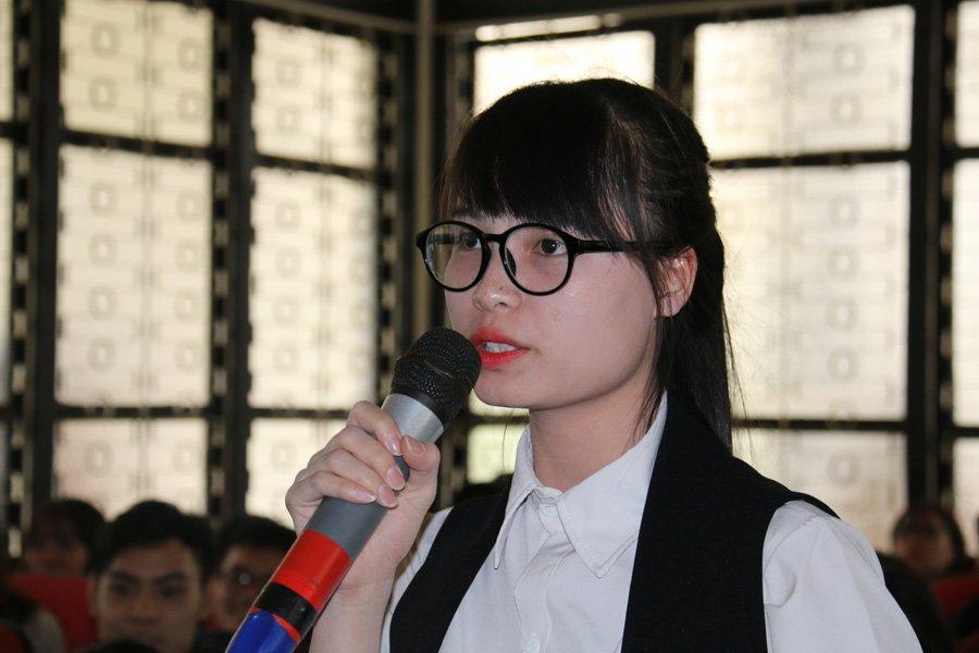 """Sinh viên Phạm Thị Thanh đặt câu hỏi: """"Em phải học tập và làm việc như thế nào để các nhà tuyển dụng ở đây nhận em vào làm với mức lương khởi điểm 2.000 đô la/ tháng?"""""""