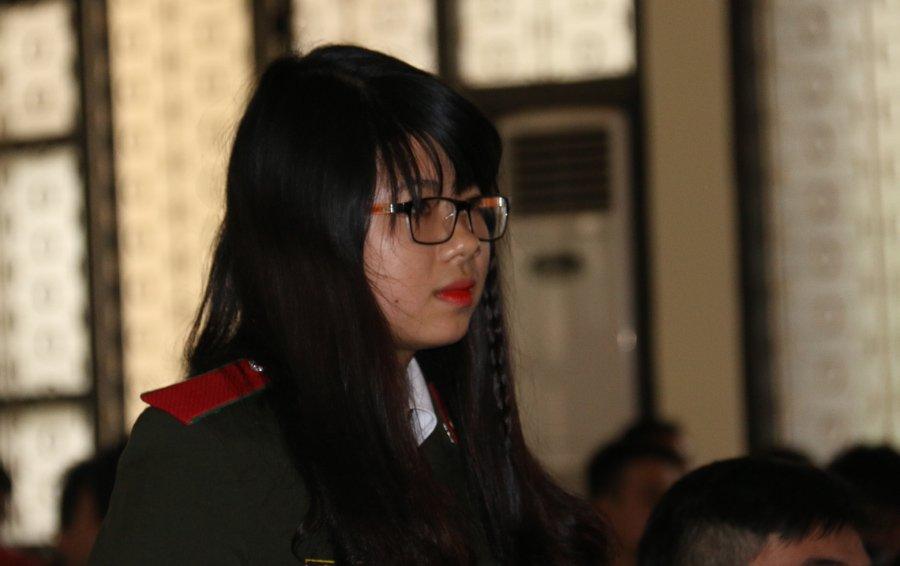 Một nữ sinh tới từ Học viện An ninh nhân dân đặt câu hỏi cho các khách mời