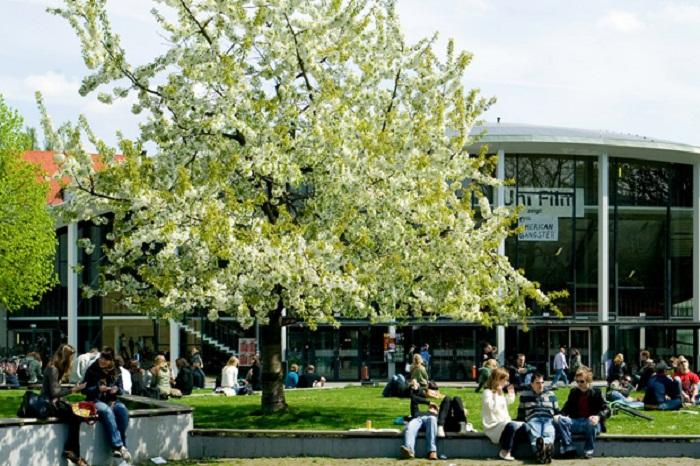 Universität Hamburg, Campus (mit Studierenden), Von-Melle-Park 4, Blick auf Audimax
