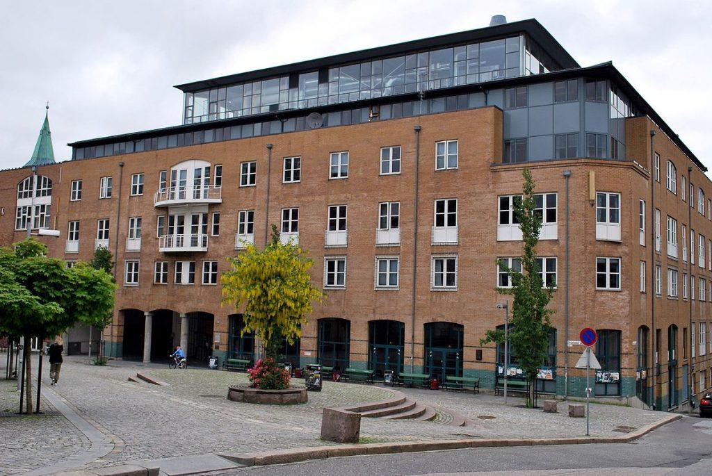 1200px-Det_samfunnsvitenskapelige_fakultet,_Universitetet_i_Bergen