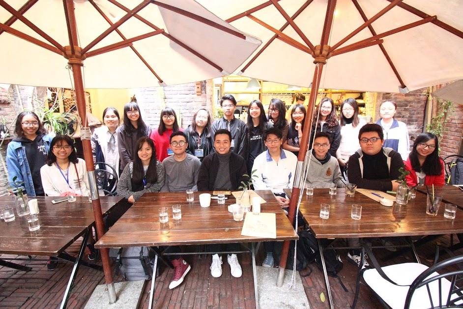 Hình ảnh Các bạn thí sinh và anh Đỗ Hoàng Minh Khôi (He Always Smiles) - founder/CEO Xofa Cafe
