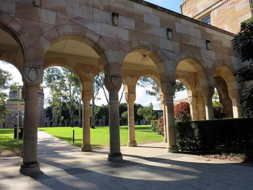 1200px-Covered_walkway_at_the_southern_edge_of_the_Great_Court_at_the_University_of_Queensland_July_2015