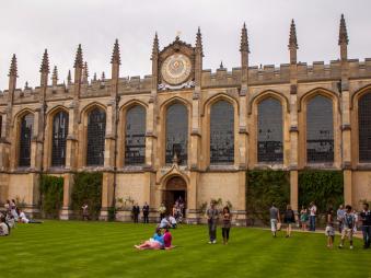 Các trường đại học Vương quốc Anh tổ chức cuộc điều tra về chính sách cấp bằng